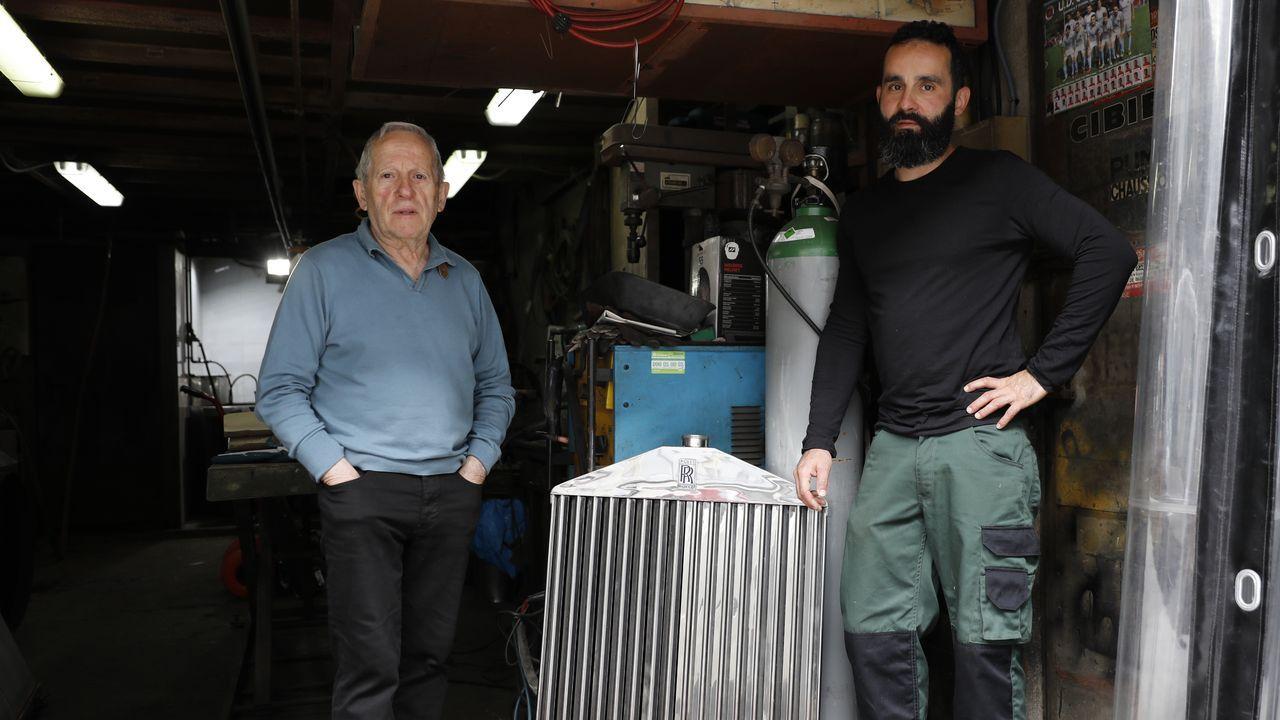 Padre e hijo junto al radiador que acaban de restaurar para un Rolls Royce Panthom de 1930