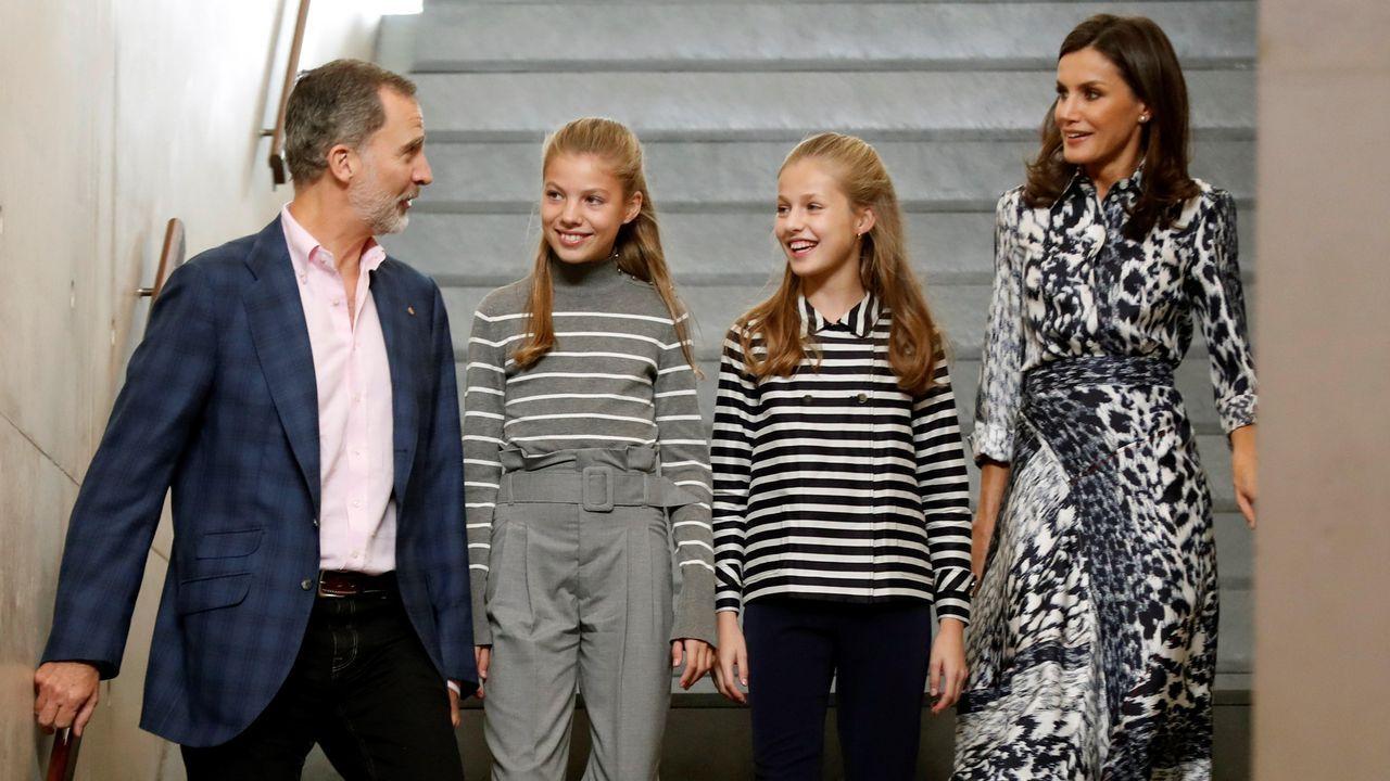 La familia real hace pública su nueva imagen.La familia real, a su llegada a la inauguración de la jornada «El talento atrae el talento», organizada por la Fundació Princesa de Girona