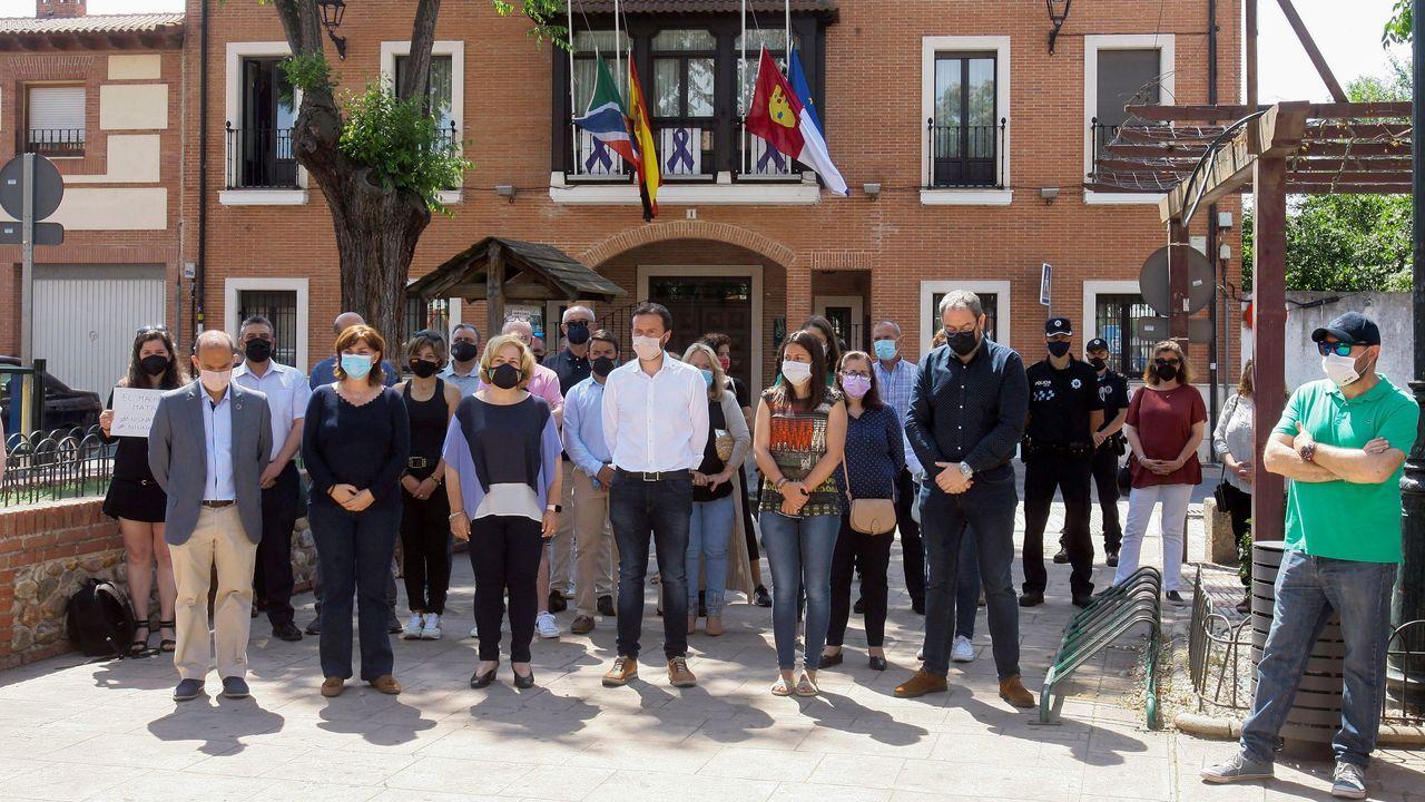 La subdelegada del gobierno en Guadalajara Mercedes Gómez (2i) junto con otras autoridades guardan este domingo un minuto de silencio durante la concentración asesinato machista en Alovera (Guadalajara)