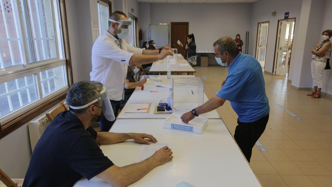 Gente votando en Vilaboa, Culleredo