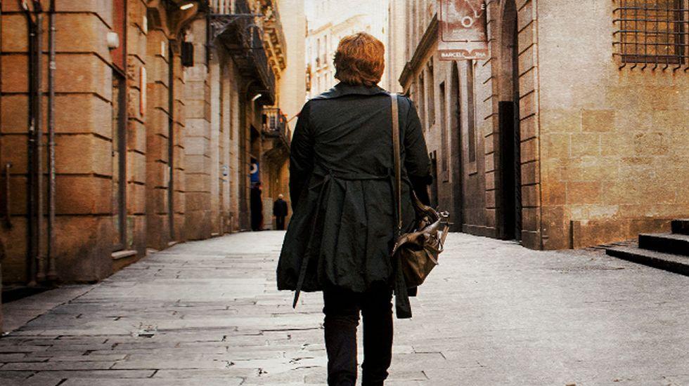 Primer gran acto de campaña de Unidos Podemos.Quini sostiene, emocionado, la medalla que le reconoce como Hijo Adoptivo de Gijón ante los portavoces municipales, en el teatro Jovellanos