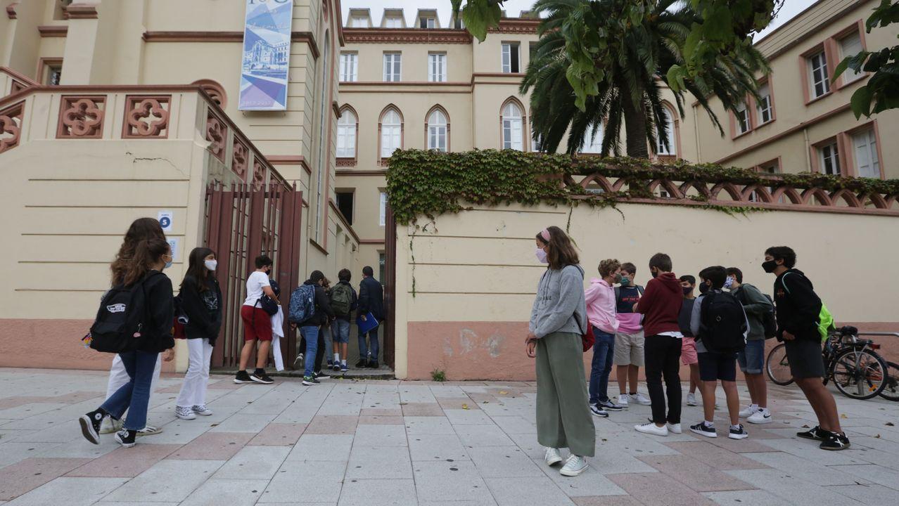 Los últimos en regresar a las aulas.Protesta de familias y alumnos del IES Sánchez Cantón de Pontevedra contra las clases «semipresenciales» en bachillerato