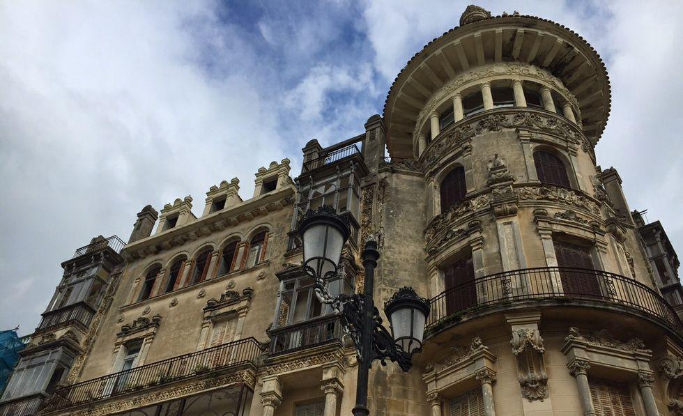 Cien años cumple el emblemático edificio, en cuya fachada que da al Cantón faltan sus vidrieras.