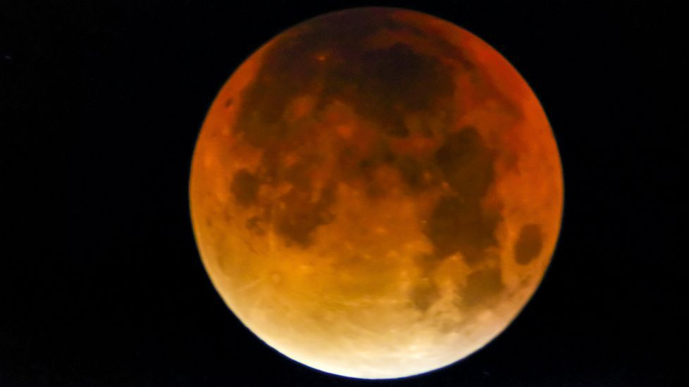 Eclipse lunar. Luna de Sangre fotografiada en Muxia.