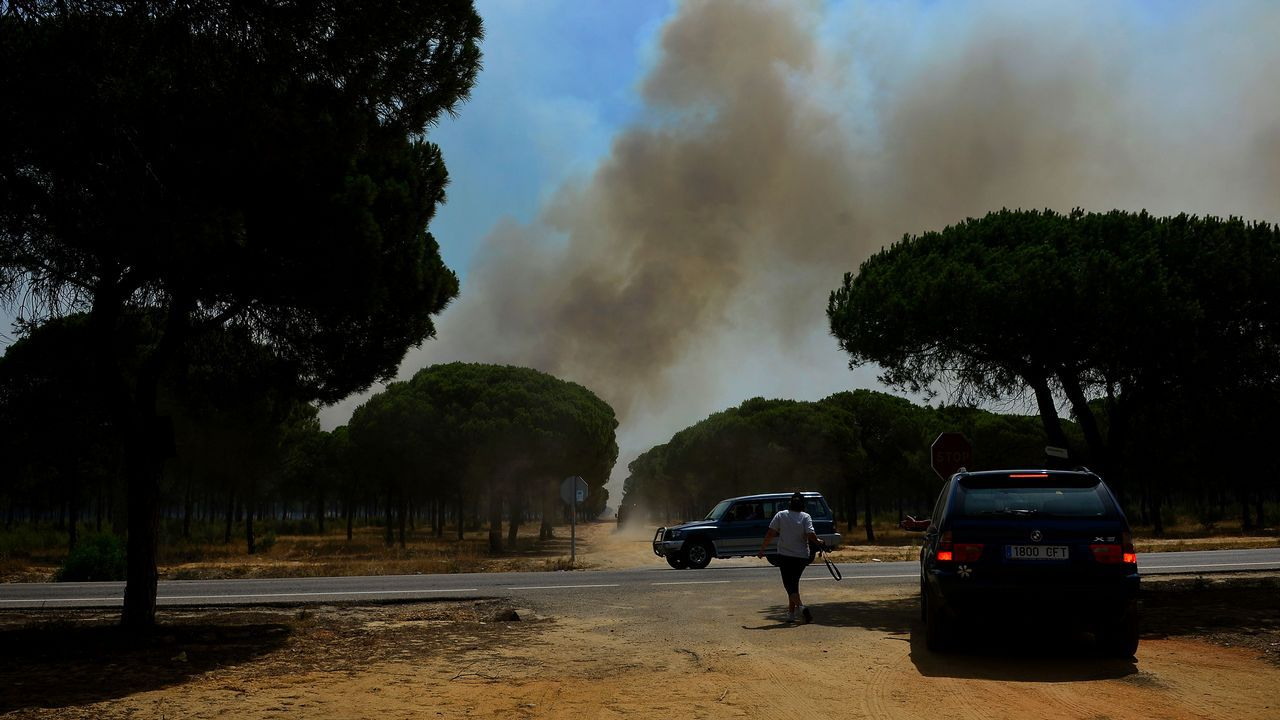 La presidenta de la Junta de Andalucía, Susana Díaz, y el delegado del Gobierno, Antonio Sanz, en el puesto avanzado de mando desde donde se coordinan los efectivos para la extinción del fuego