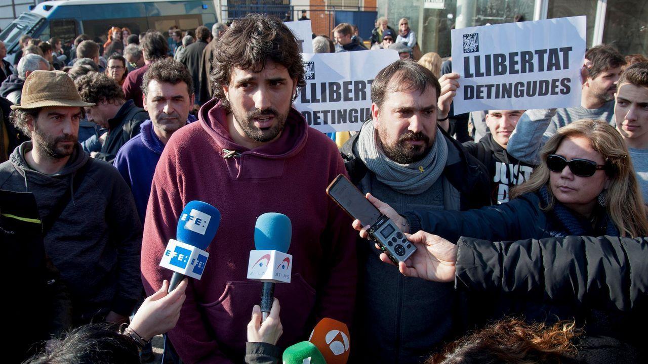 Polémico mural en Olot: compara a los líderes políticos con «La Manada».Los alcaldes de Verges, Ignasi Sabater (izquierda), y de Celrà, Dani Conellà, atienden a la prensa después de su liberación