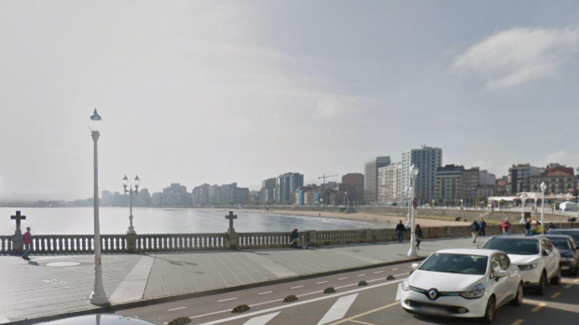Aparcamiento reservado a vehículos y tarjetas oficiales frente al consistorio de Gijón