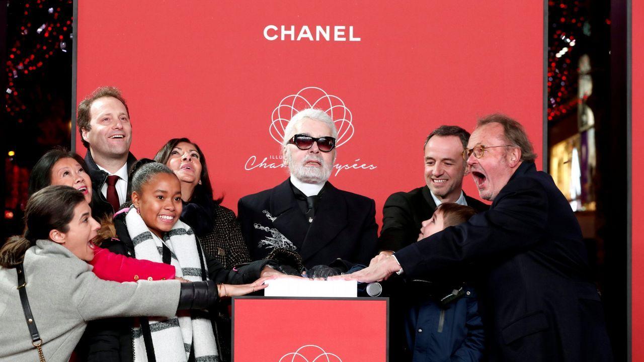 El diseñador Karl Lagerfeld encendiendo el alumbrado navideño de París