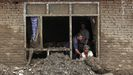 Una familia retira los escombros que la riada arrastró hasta el interior de su casa en Charikar, ciudad de la provincia de Parwan