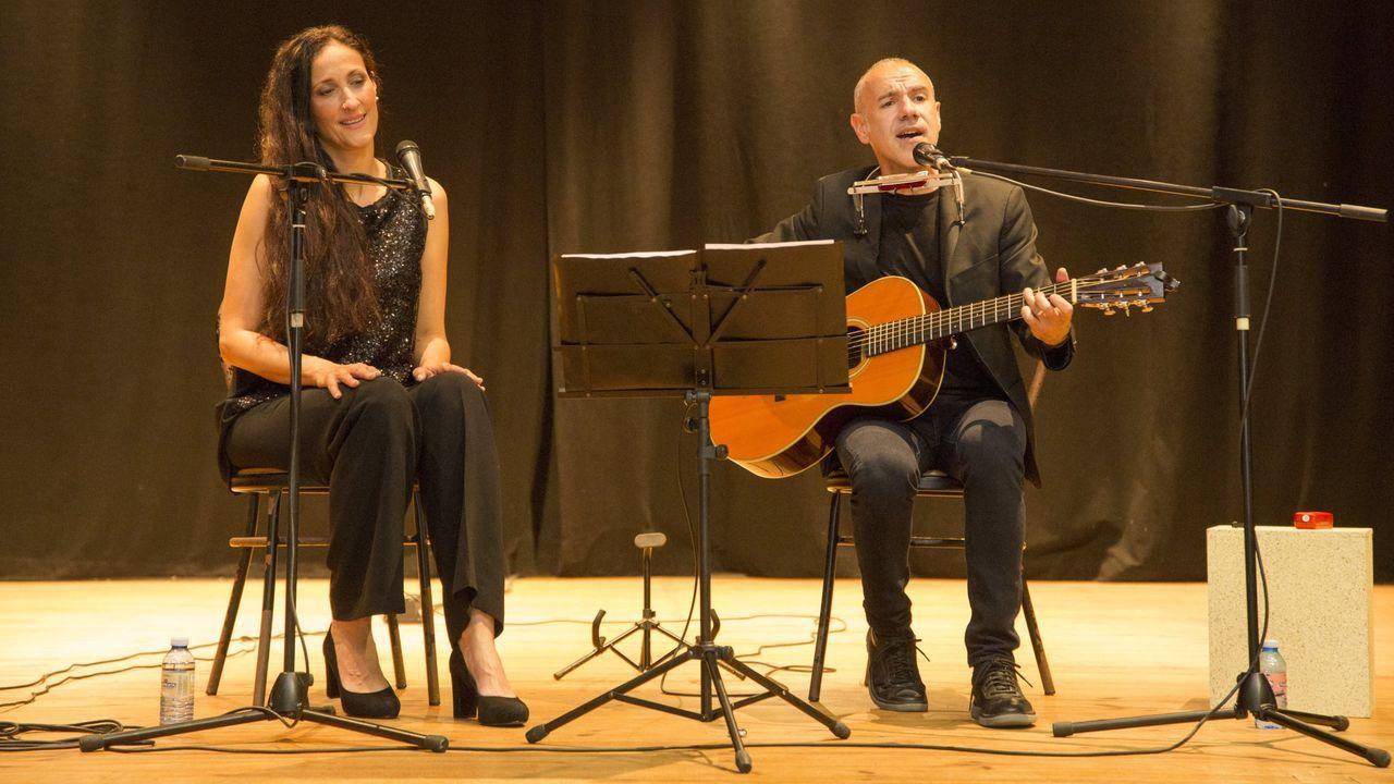 Rosa Cedrón e Emilio Rúa nunha recente actuación en Malpica, onde ofreceron o espectáculo «Diversións»