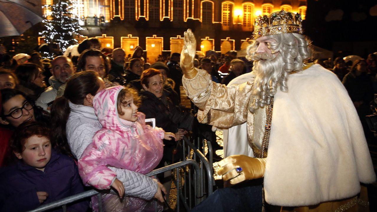 Entrega de premios del III concurso de cartas a los Reyes Magos en Betanzos.un vecino del pueblo de Pajares trata de sacar su coche tras la nevada