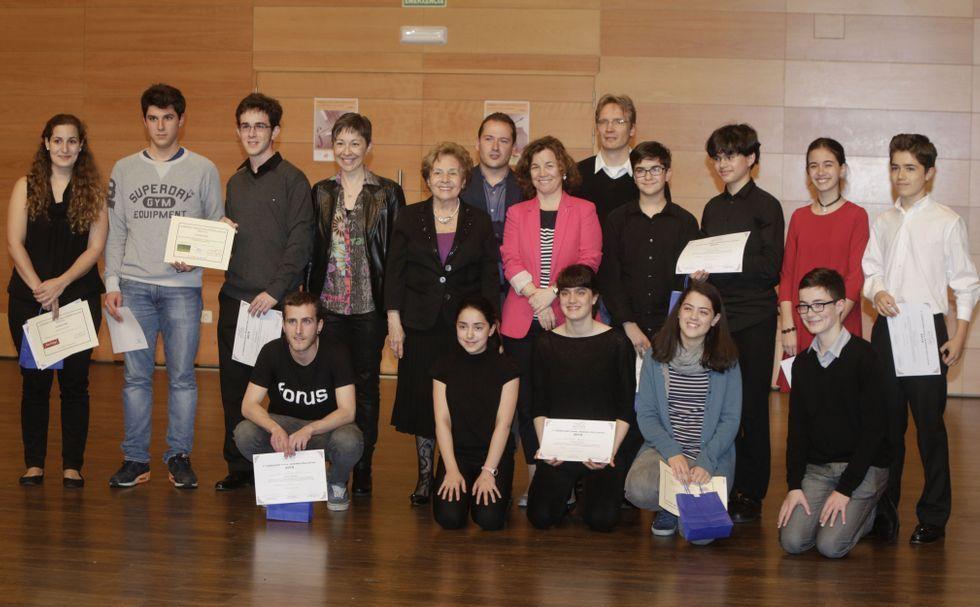 Los trece finalistas del certamen, con parte del jurado y los organizadores.