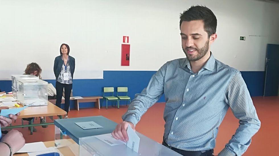 El candidato a la alcaldía por Compromiso por Galicia en Santiago, Xoan Bascuas, votando
