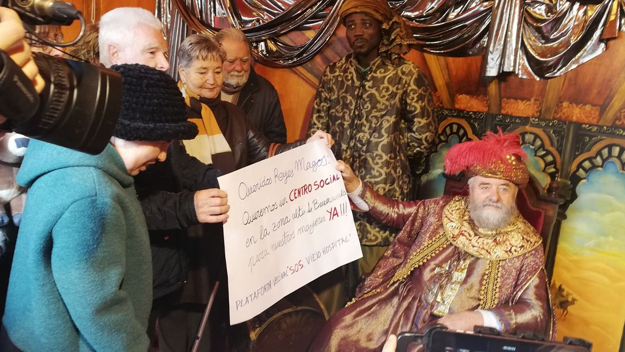 Miembros de la plataforma SOS Viejo Hospital entregan una carta al Príncipe Aliatar en la que piden la construcción de un centro social en El Cristo