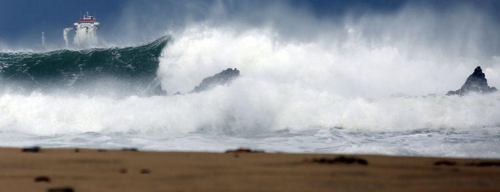 Al fondo, a la izquierda, un mercante guareciéndose del temporal en San Román (O Vicedo), donde el oleaje rompía así en la playa.