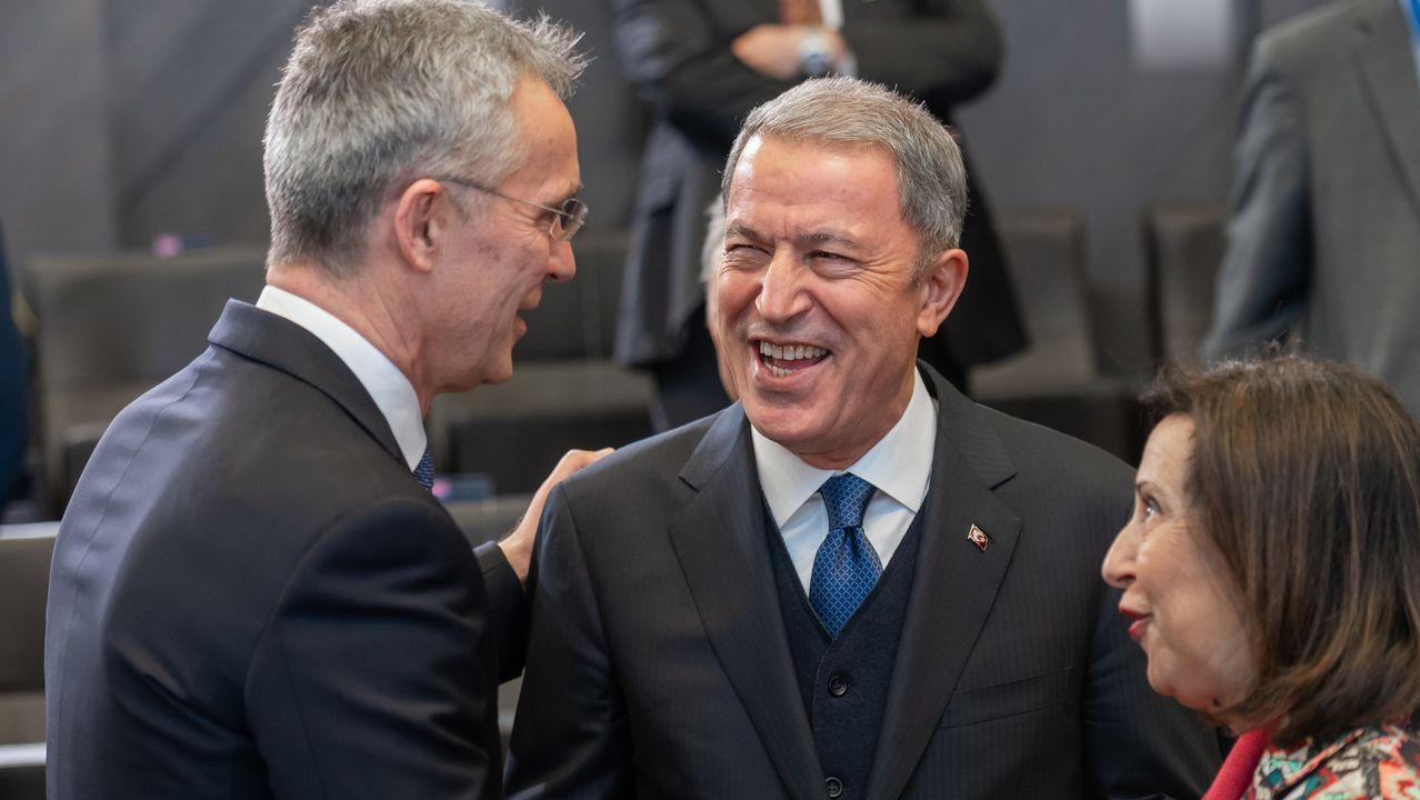 Fractura en el Gobierno de coalición a cuenta de la ley de libertad sexual.Jens Stoltenberg saluda a Margarita Robles y el ministro de Defensa turco