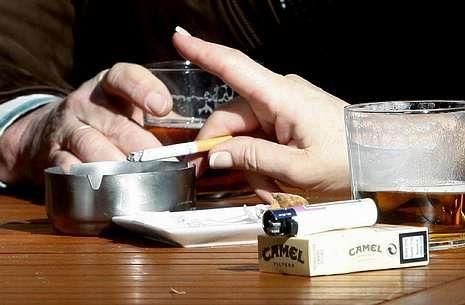 Imagen de archivo de unos fumadores en la terraza de un bar de Pontevedra.