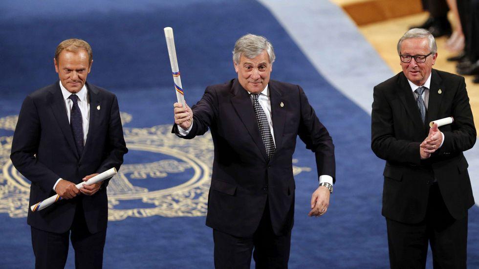 El presidente del Parlamento Europeo, Antonio Tajani (c), el presidente de la Comisión Europea (CE), Jean-Claude Juncker (d), y el presidente del Consejo Europeo, Donald Tusk (i), tras recoger el Premio Princesa de Asturias 2017 de la Concordia otorgado a la Unión Europea