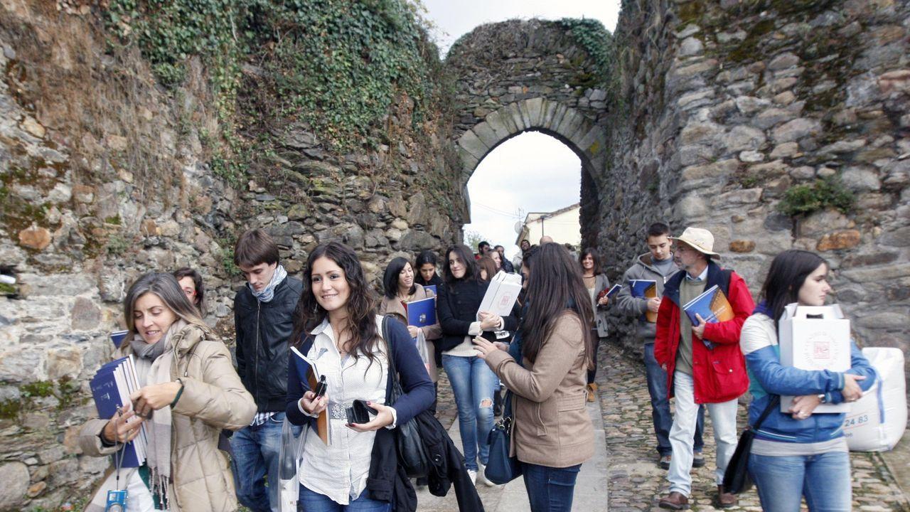 Estudiantes de la escuela universitaria de turismo de A Coruña en la Porta da Alcazaba, una de las entradas del antiguo burgo amurallado de Monforte, en una imagen de archivo