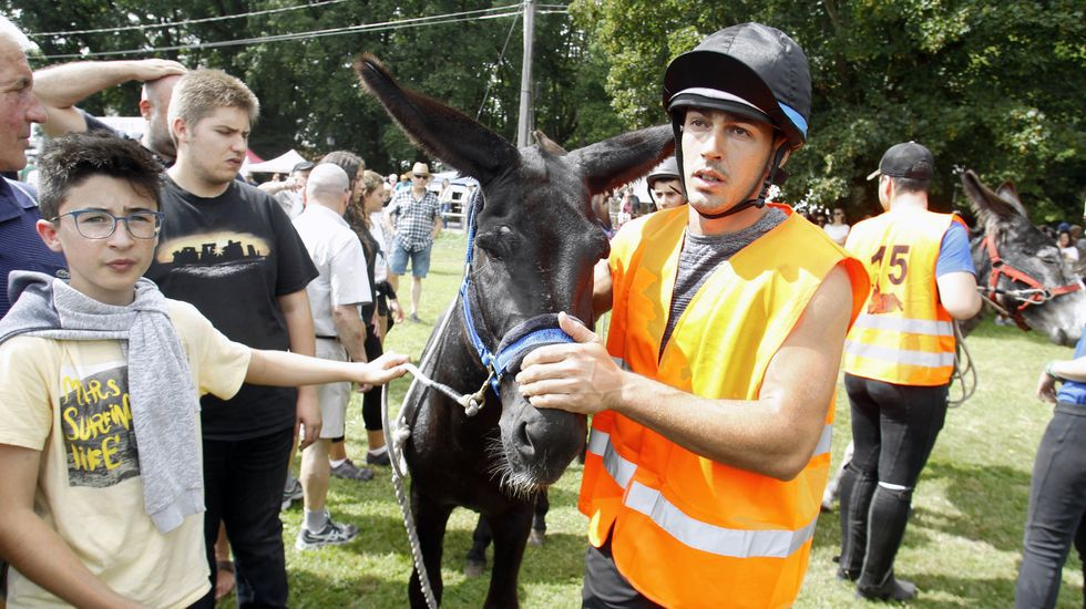 Aníbal Linares y su burro Rocky, ganadores de la carrera de este año