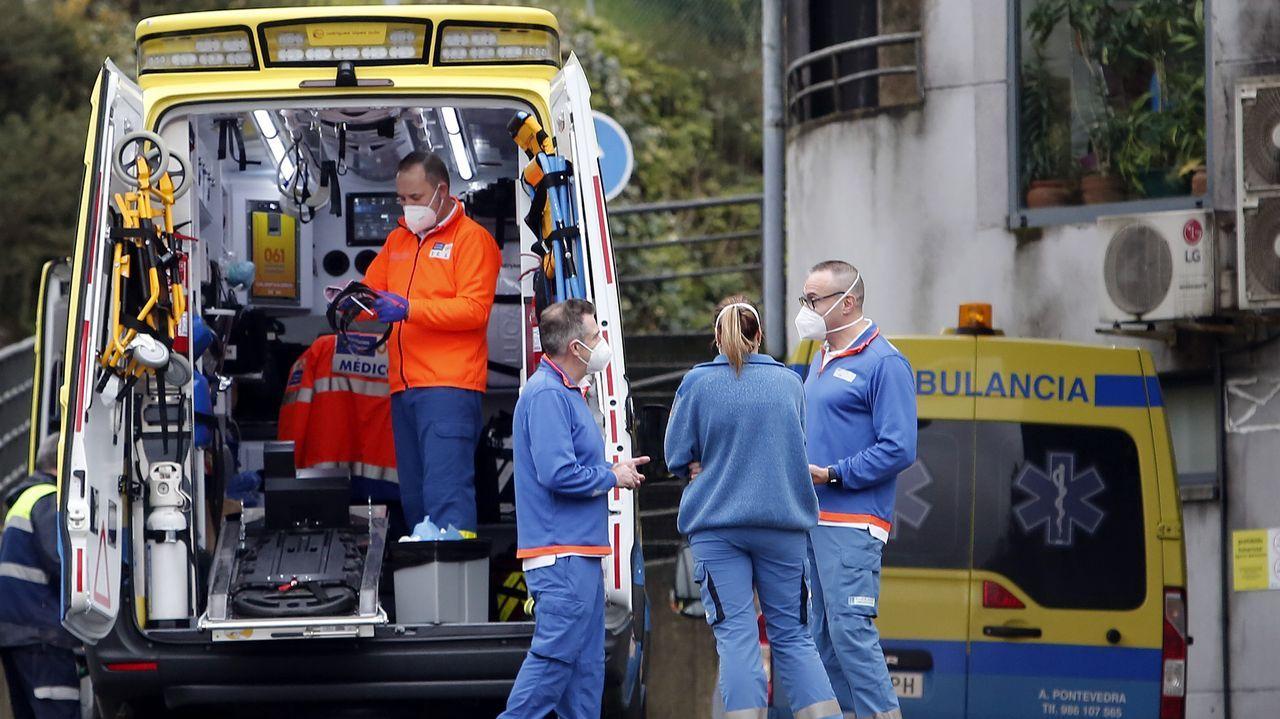 Técnicos en emergencias sanitarias, en la entrada de urgencias del hospital Montecelo, en Pontevedra