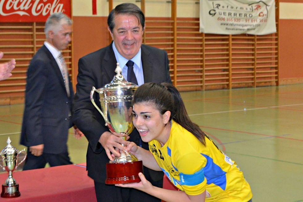 Burela recibe a sus supercampeonas.Eva Lema, que no participó por lesión, levantó la Supercopa.