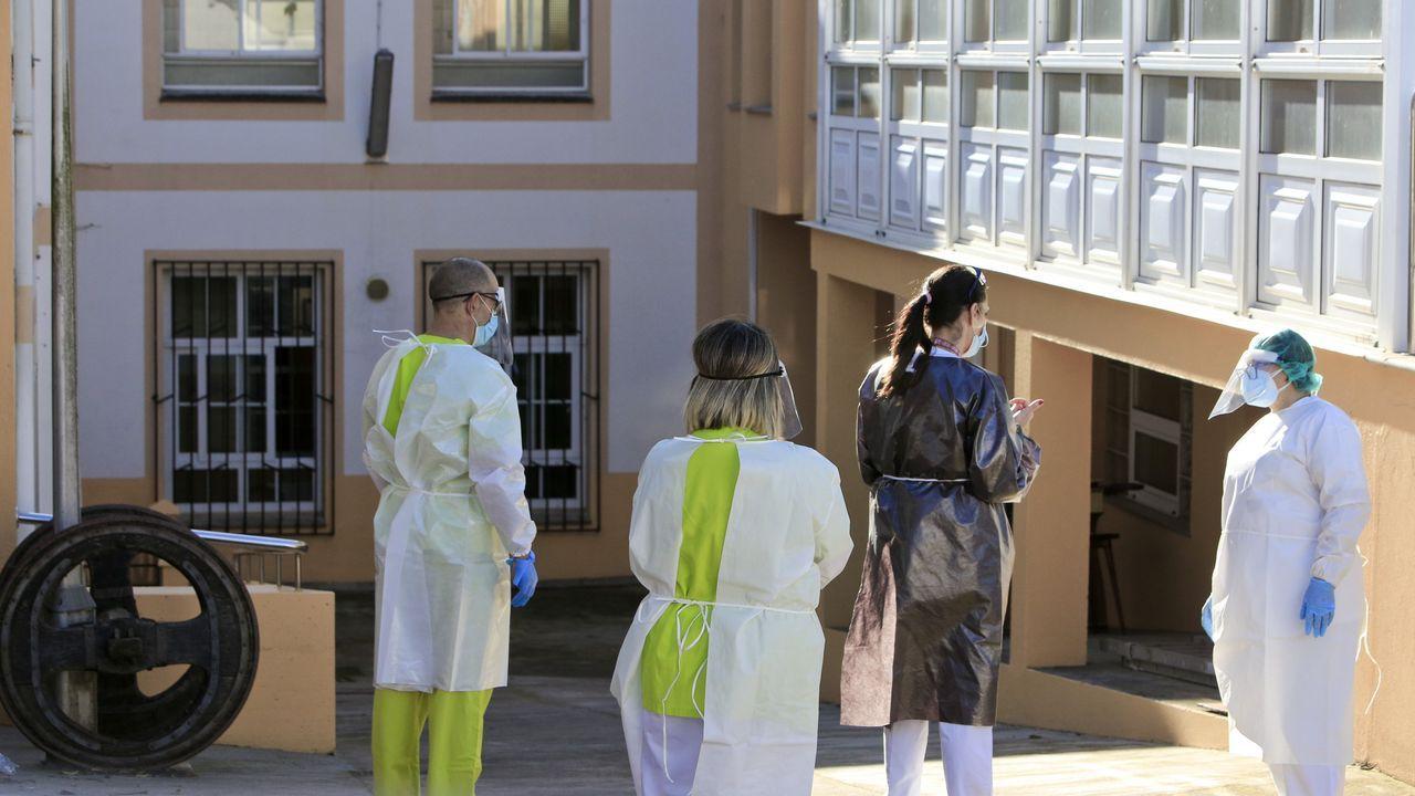 Personal con epis en la residencia de mayores de Vilalba