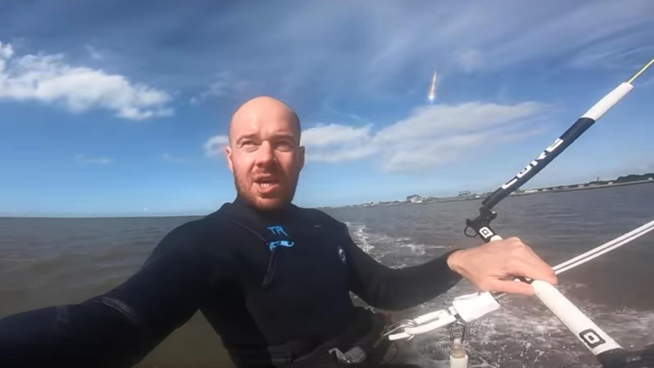 Redes sociales.O kitesurfista Dorian Cieloch e o bólido que o fixo famoso (nunha captura do vídeo que el mesmo subira a YouTube sen terse decatado do que gravara