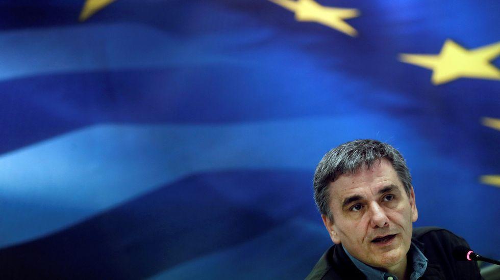 Las grandes cifras de la compra del Popular por parte del Santander.Policías recogen pruebas del vehículo blindado del ex jefe de Gobierno griego