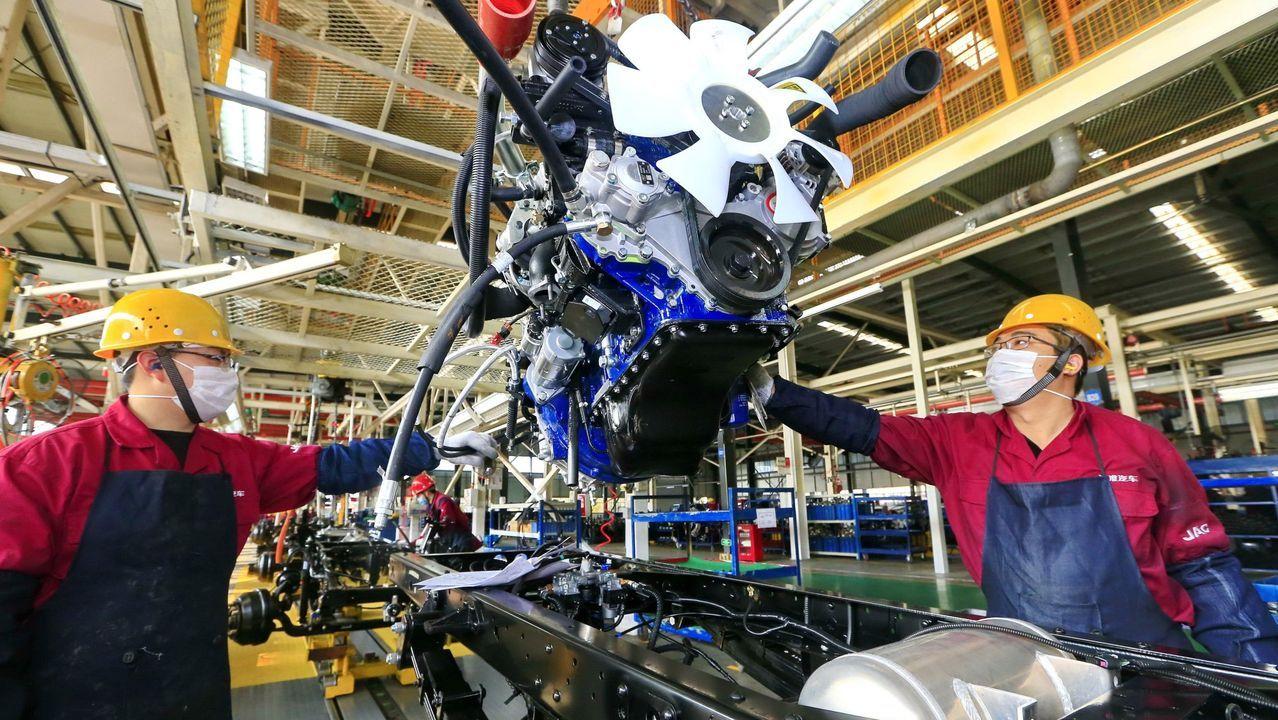 Operarios trabajando en la cadena de ensamblaje de camiones de la factoría de JAC Motors localizada en la ciudad de Suining, en la provincia china de Sichuan