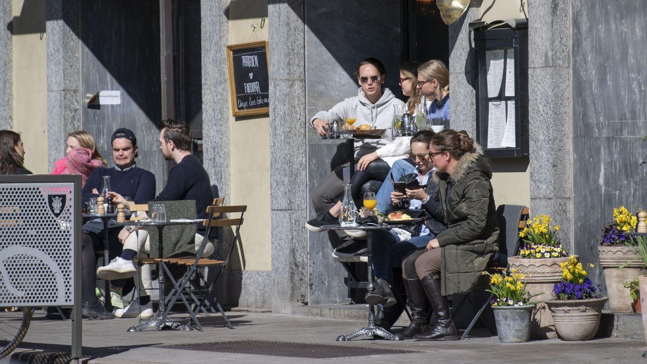 La pandemia en el mundo.Unos jóvenes disfrutan en unas terrazas en Estocolmo
