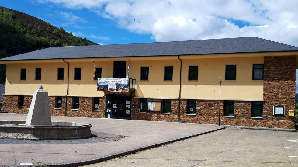 Goteras en el hospital de Monforte.Edificio del Ayuntamiento de Folgoso do Courel