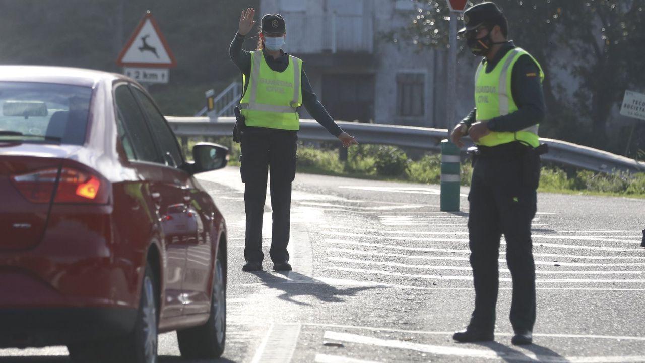 Calles vacías y negocios cerrados en el primer día de nuevas restricciones por la tercera ola de la pandemia.Un control para vigilar el cumplimiento del cierre perimetral de Santiago desplegado conjuntamente por la Policía Nacional, la Local y la Autonómica