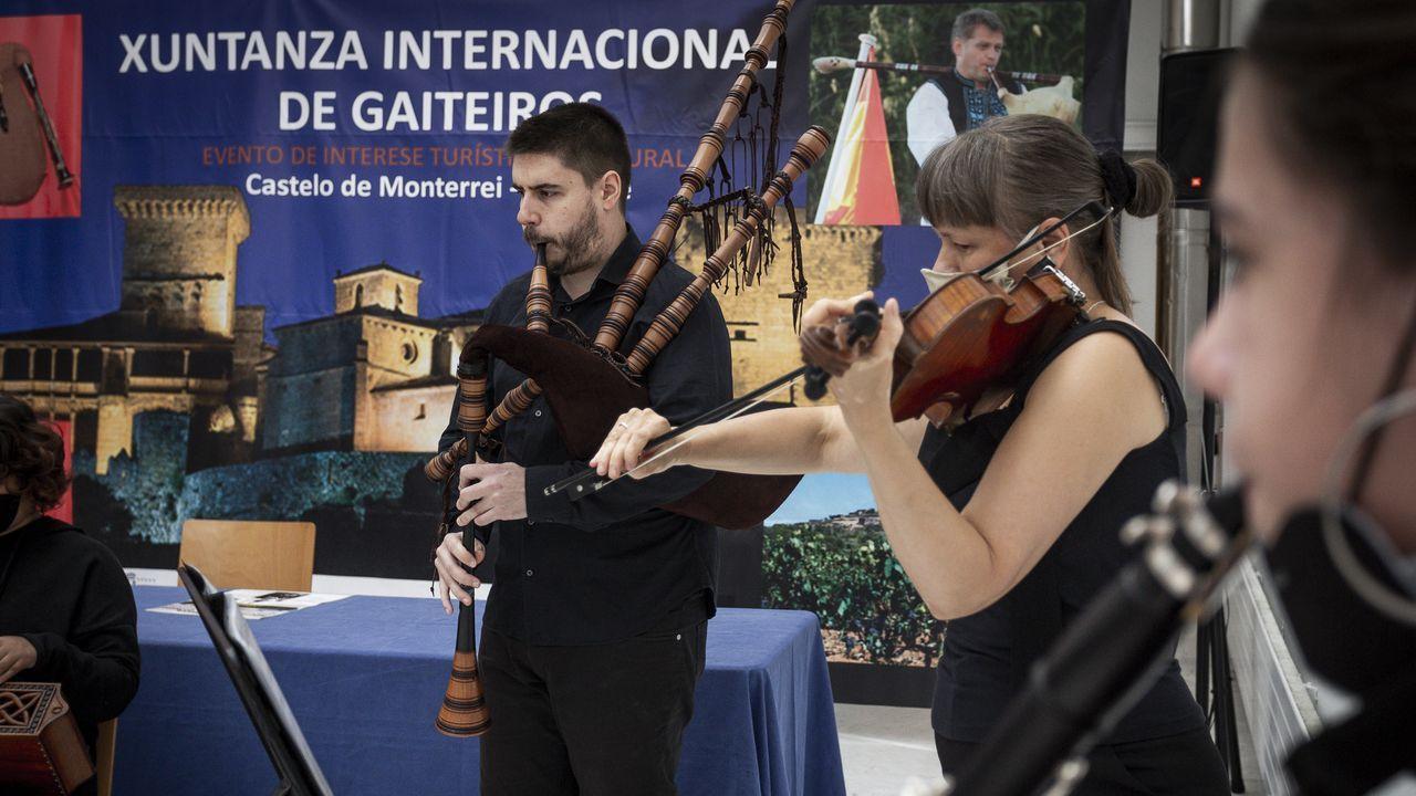 La banda de gaitas de Ourense interpreta su nueva pieza, «Cantar da primavera».A presidenta do CCG, Rosario Álvarez, e o músico Carlos Núñez, mostran o libro sobre Portela