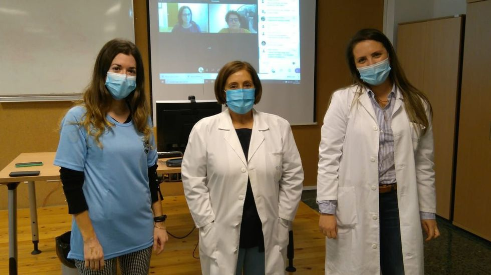 Susana Mirás (de azul) y Sandra Vidal (a la derecha), coordinadoras de los equipos premiados en las jornadas WeNurse, posan con Victoria Carral (centro), directora de Enfermería del área sanitaria.