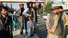 Un miliciano talibán ante el aeropuerto internacional Hamid Karzai de Kabul