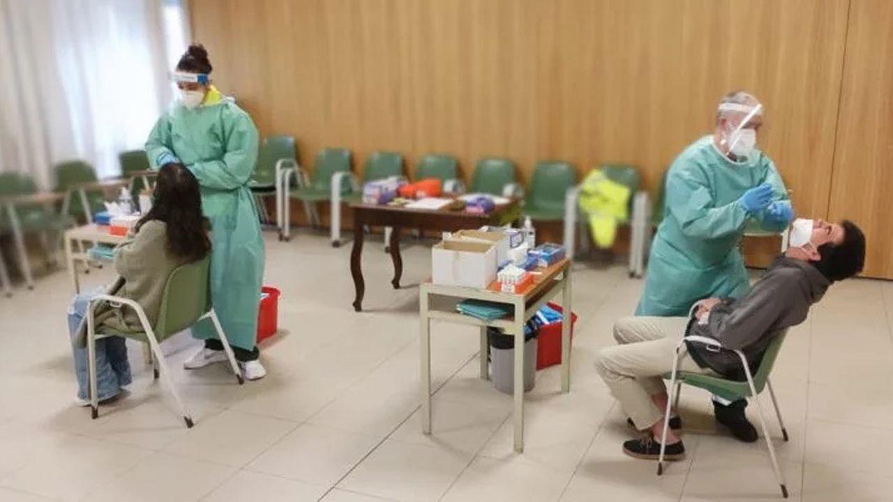 Así trabaja el laboratorio de microbiología del Chuvi.Cribado en el colegio de los maristas en Vigo