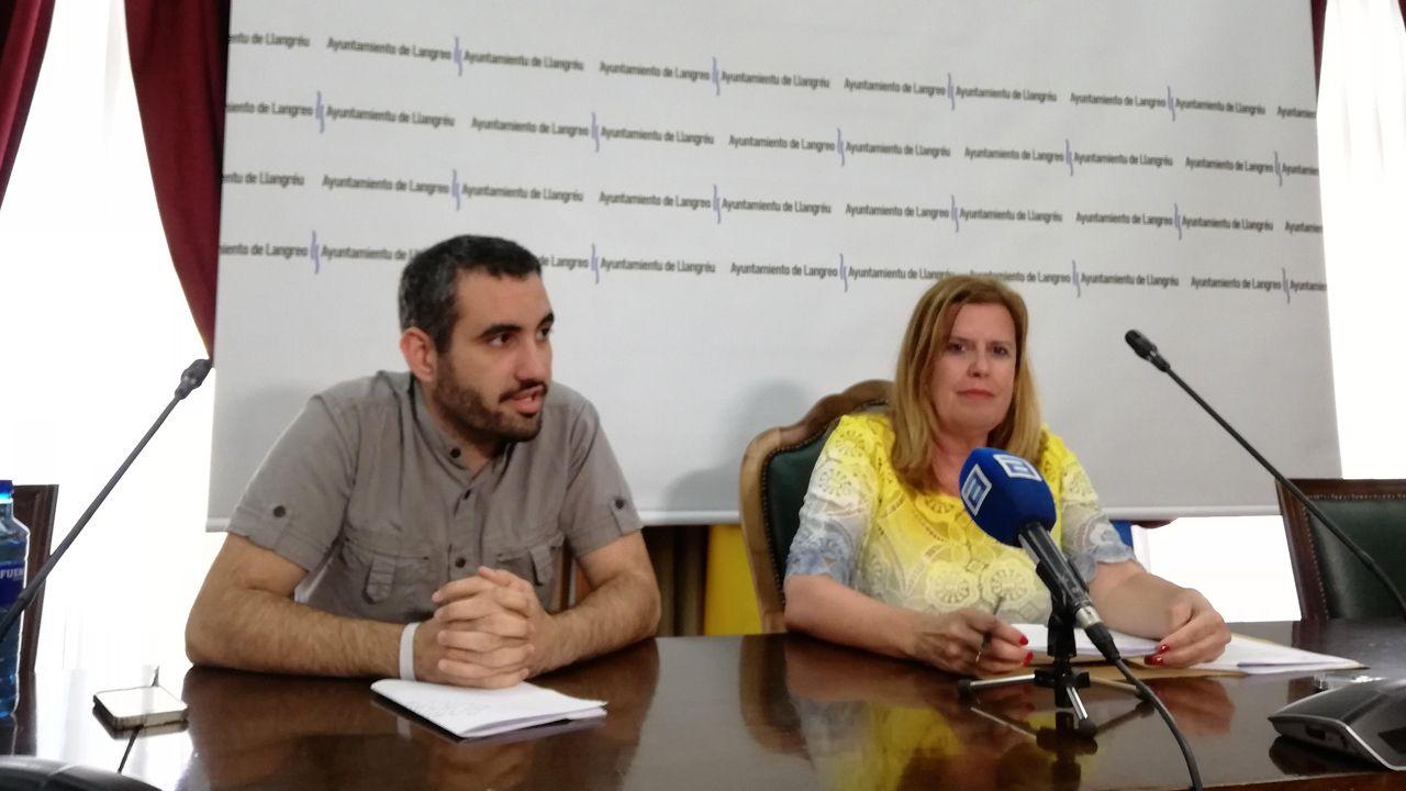 La alcaldesa de Langreo, Carmen Arbesú (derecha) junto al concejal de Urbanismo, Javier Álvarez