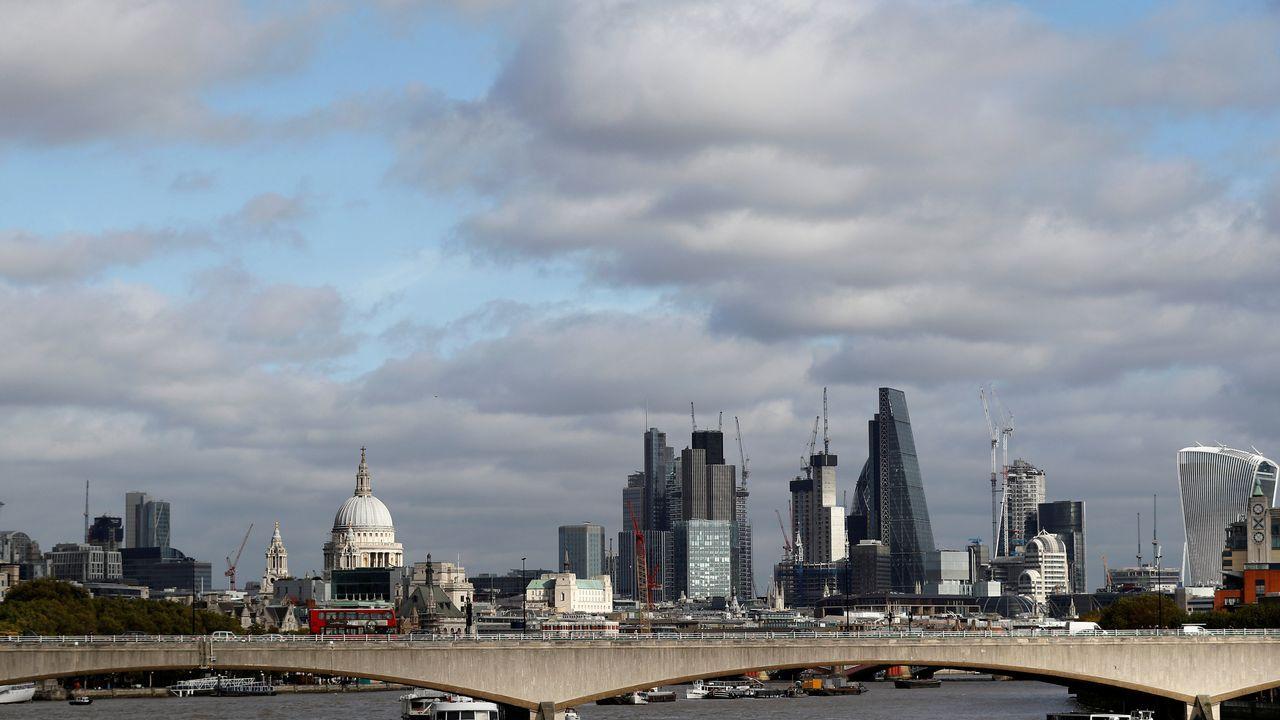 La City de Londres con el London Bridge en primer plano y la cúpula de St Paul's de fondo