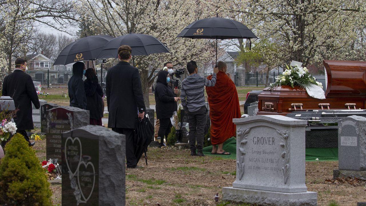 EE.UU. ha rebasado los 50.000 muertos y los 870.000 contagios por el covid-19; en la foto, un entierro en Chelmsford, Massachusetts