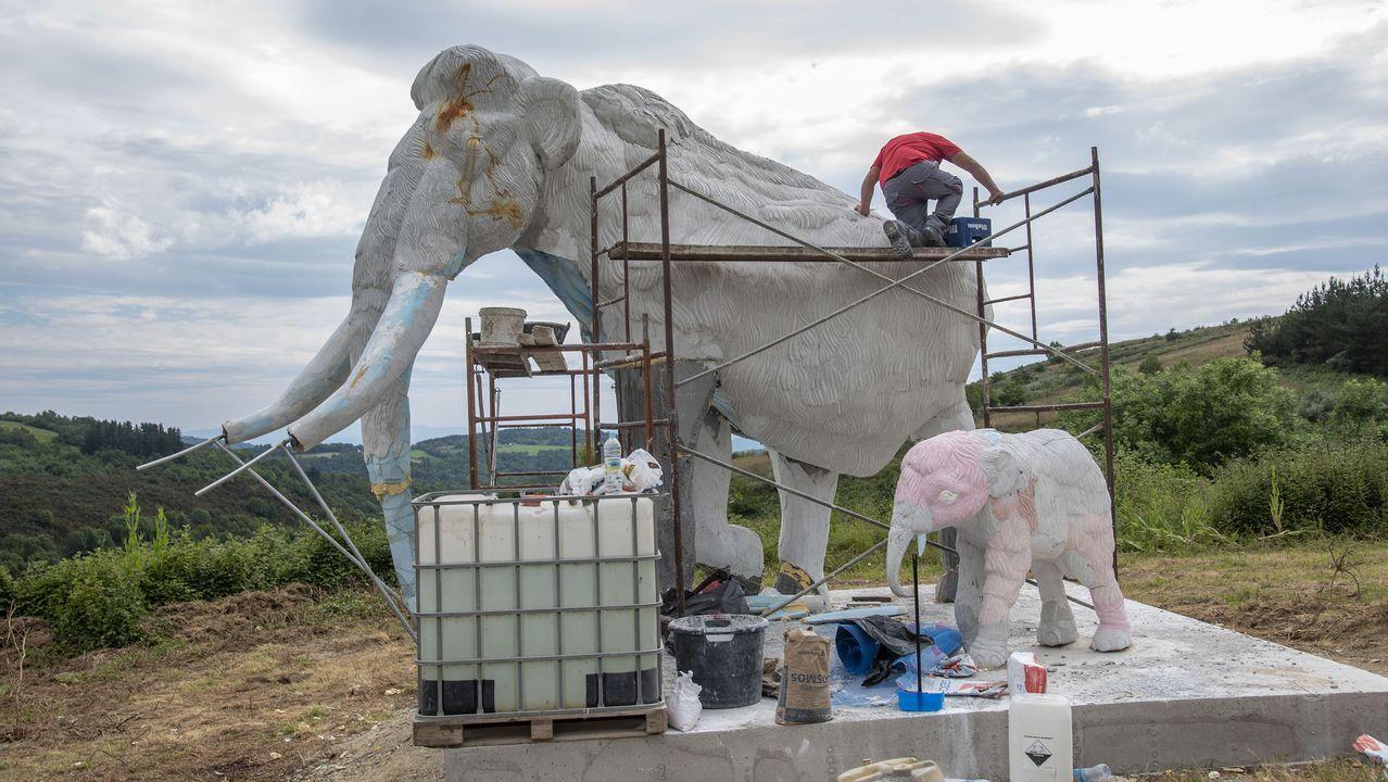 Una gran escultura rememora la presencia del mamut en O Incio