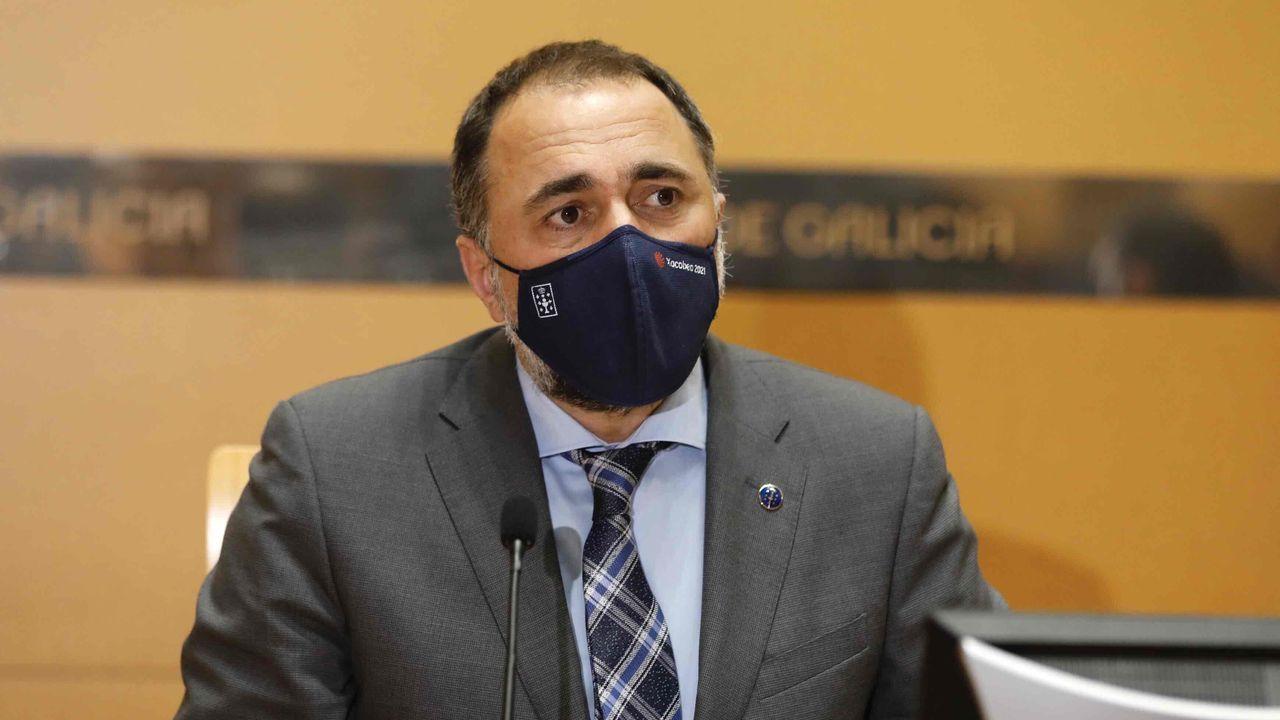 En directo: Julio García Comesaña informa de las medidas acordadas en el comité clínico.Toma de muestras para realización de pruebas diagnósticas de covid-19 en el hospital de Monforte