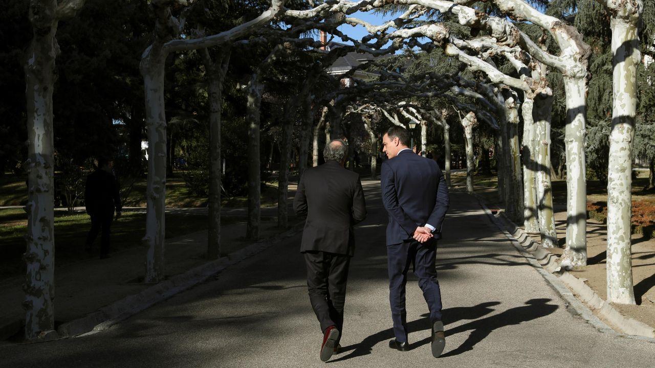 Quim Torra y Pedro Sánchez, este miércoles, paseando por los jardines de la Moncloa