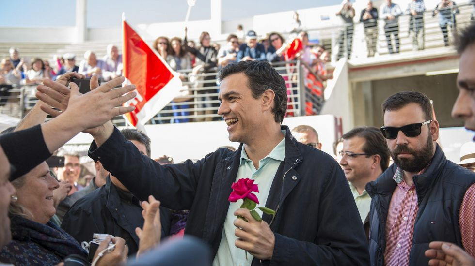 Sánchez, que llegó casi una hora tarde, fue recibido por cargos locales del partido.