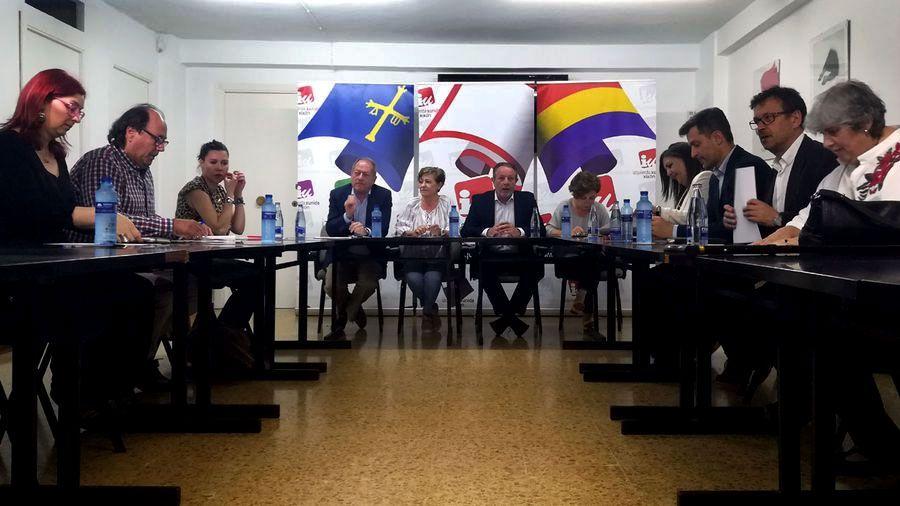 Primera de las reuniones mantenidas por PSOE, Xixón Sí Puede e IU para abordar la posible moción de censura contra Foro