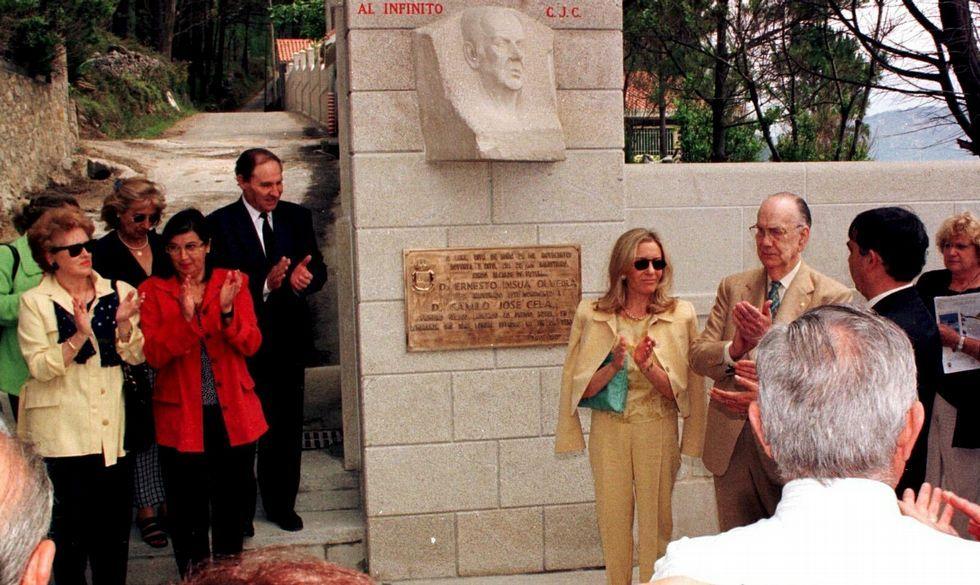 Trillo, a la izquierda, en la presentación del busto de Cela, en presencia del escritor, el 8 de junio del 98.