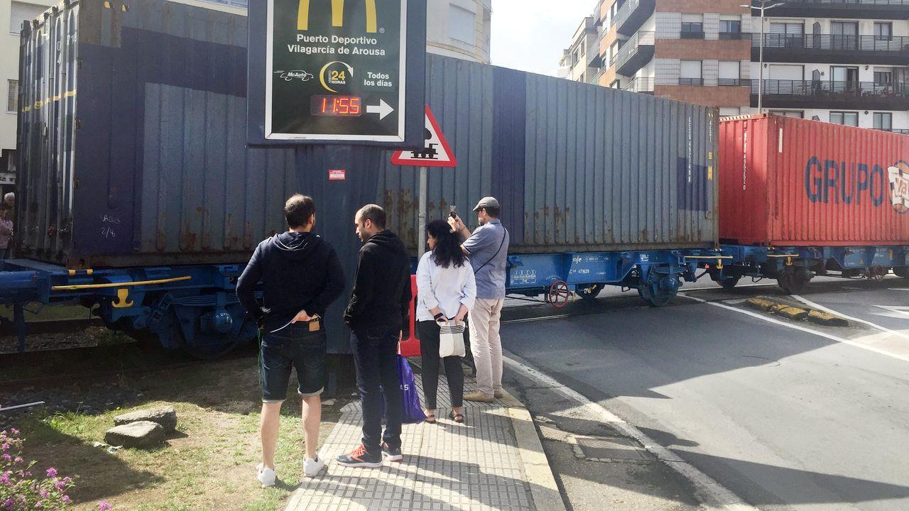 Fotos a remojo en la<span lang= gl >Festa da Auga de Vilagarcía</span>.Isabel Pardo de Vera cree que el Gobierno en funciones no afectará al AVE. En la imagen, esta semana en Santiago
