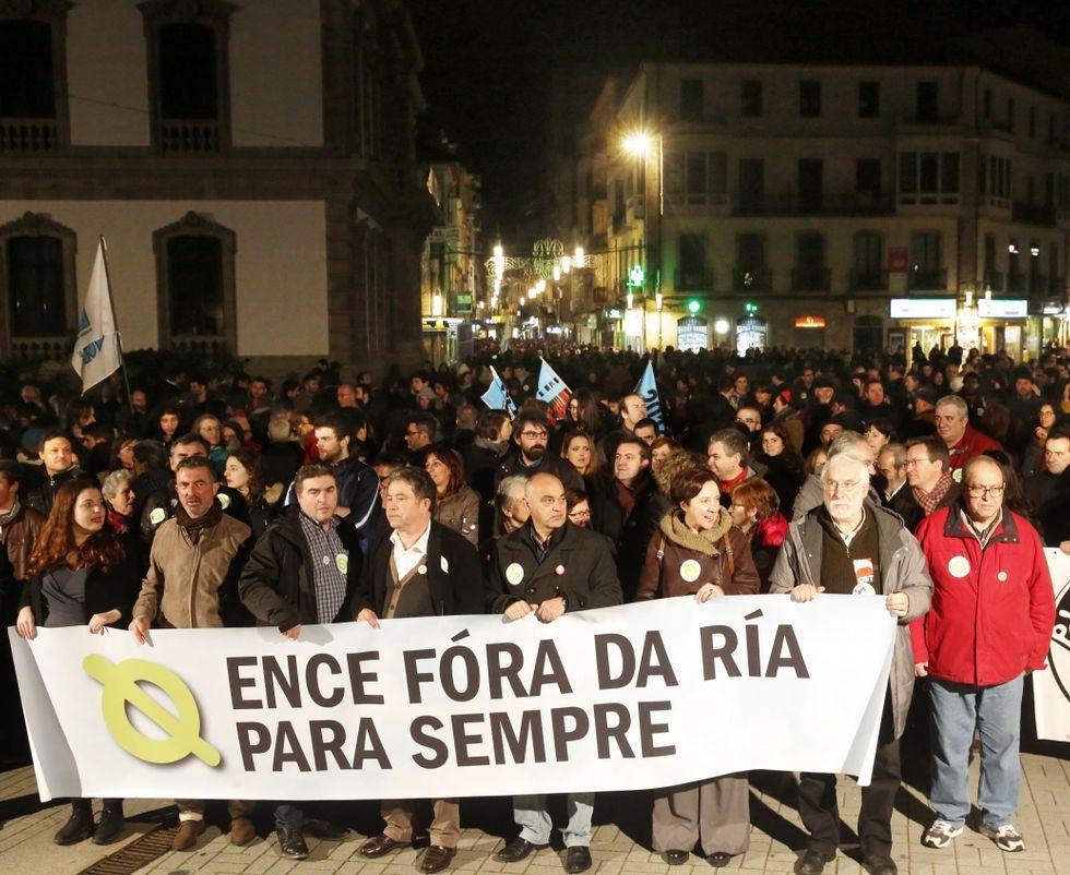 Los manifestantes contra Ence abarrotaron la praza de España al final de la movilización.