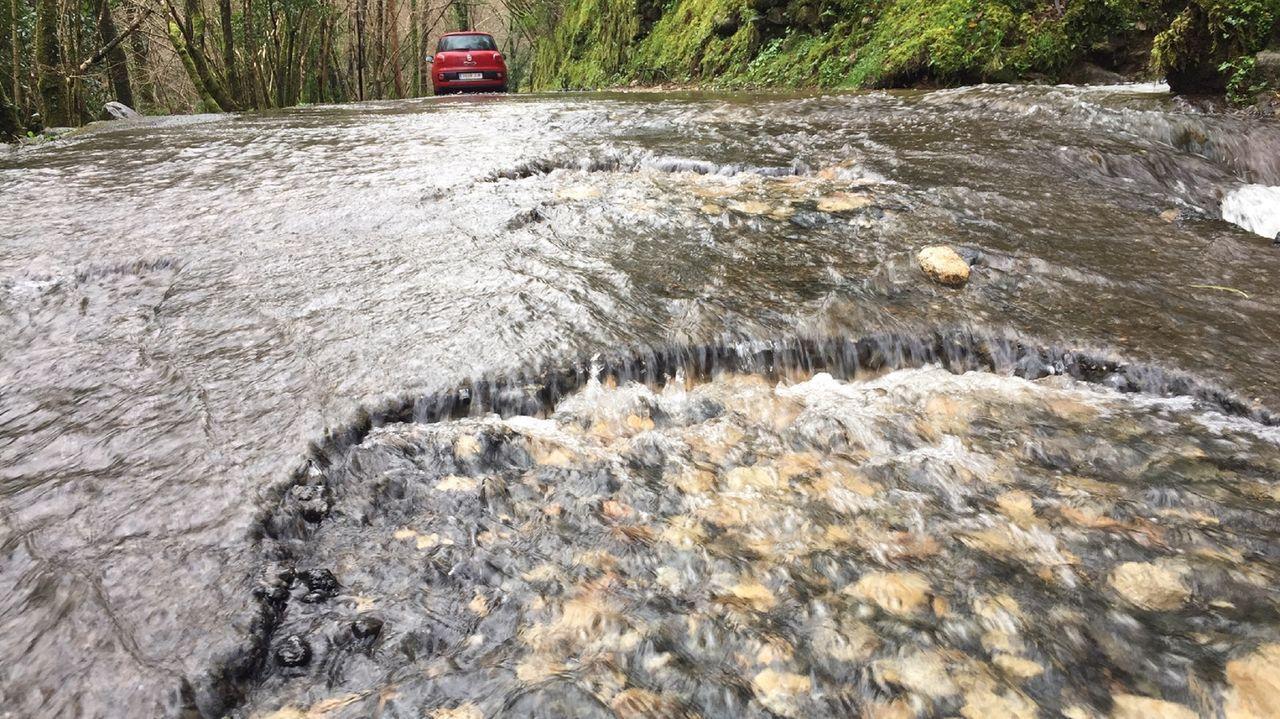 En algunos puntos de la vía el agua procedente del monte corre por la superficie