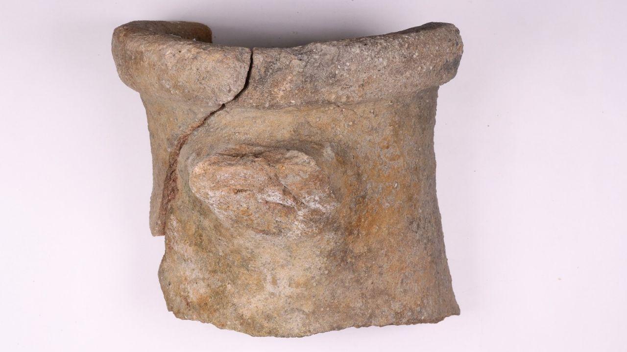 Celebración do 1º de Maio en Arousa.La pieza, de dos mil años, conserva su parte superior completa, pero no las asas